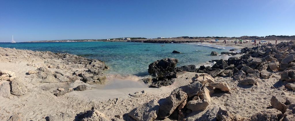 Playa de Ses Canyes desde las rocas