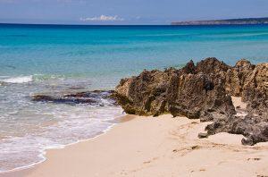 Playa Es Arenals Formentera, rocas
