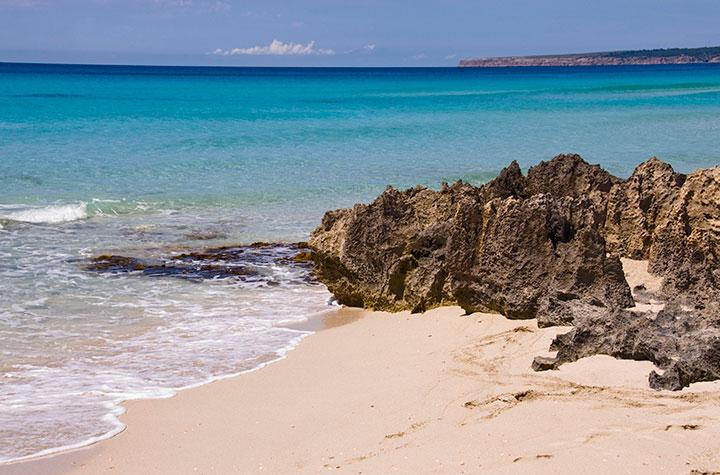 Spiaggia di Es Arenals Formentera, scogli