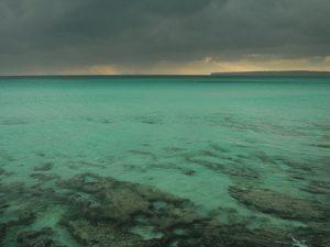 Playa de Es Arenals en un día gris