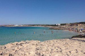 Playa Sa Roqueta en Formentera desde las rocas