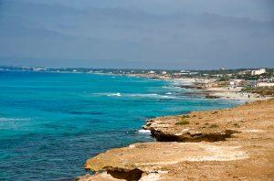 Playa de Migjorn desde Es Caló des Morts en Formentera