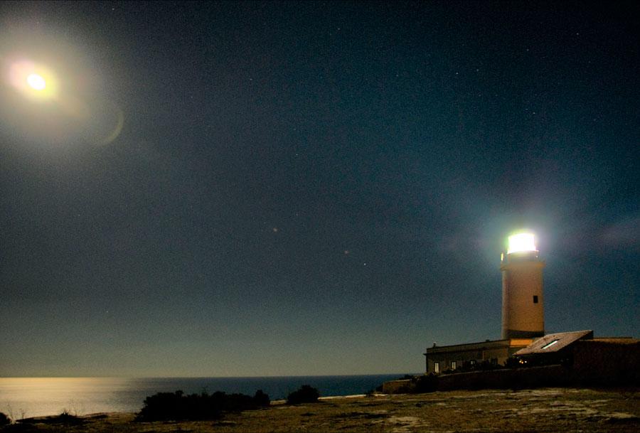 Faro de la Mola con luna llena