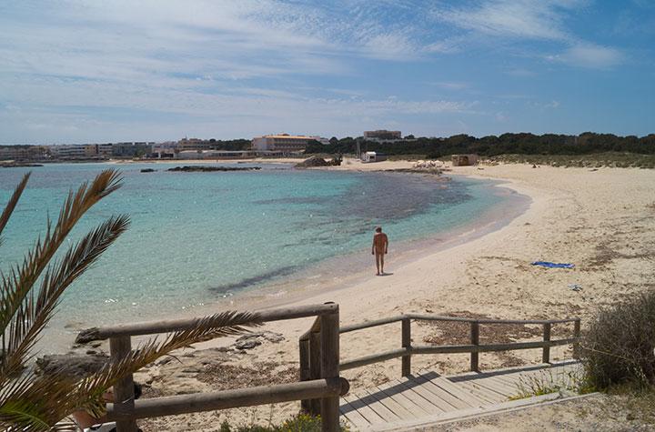 Paseo por playa de Es Pujols