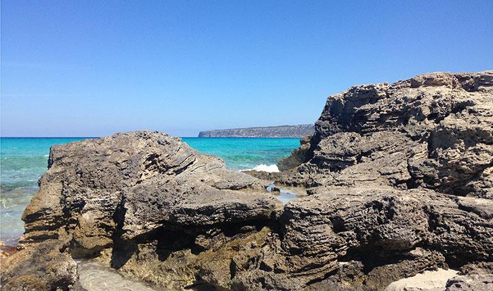Rocas en Playa de Tramuntana en Formentera