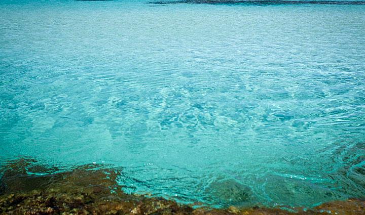 Piscina natural en Playa de Tramuntana en Formentera