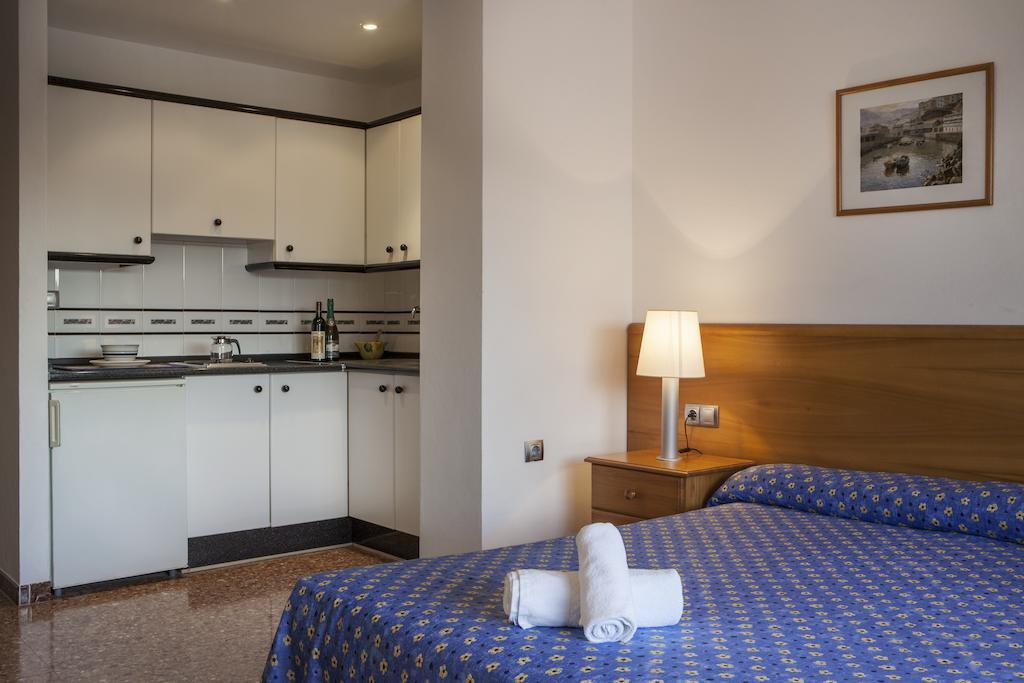 Apartamentos María Vacaciones Formentera, dormitorio y cocina