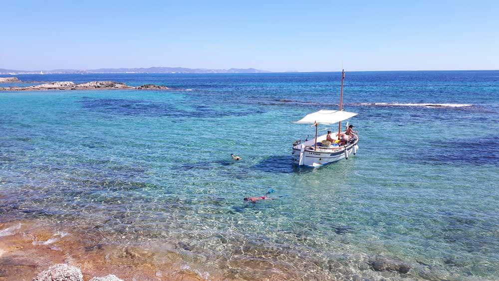 Hacer snorkell y alquillar barco en Formentera