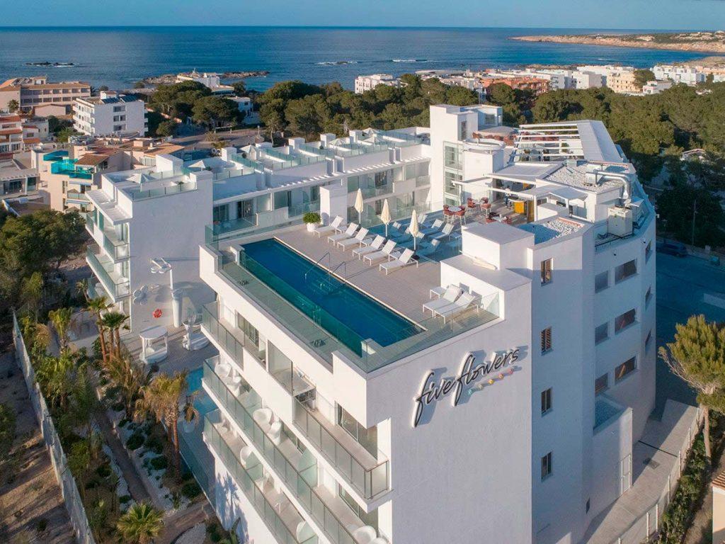 Piscina suspendida en Hotel Five Flowers Formentera