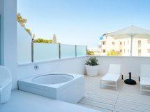 Jacuzzi en terraza de Five Flowers Formentera